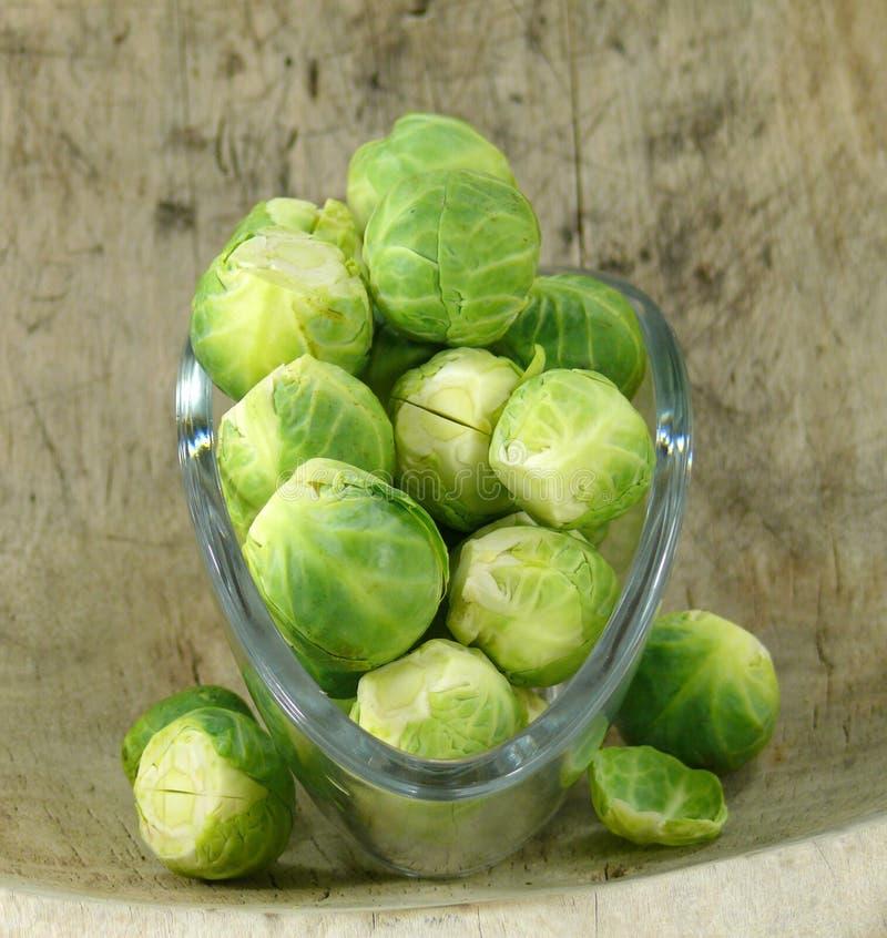 Cavoletti di Bruxelles, cavolo crudo e ricco in vitamine fotografie stock
