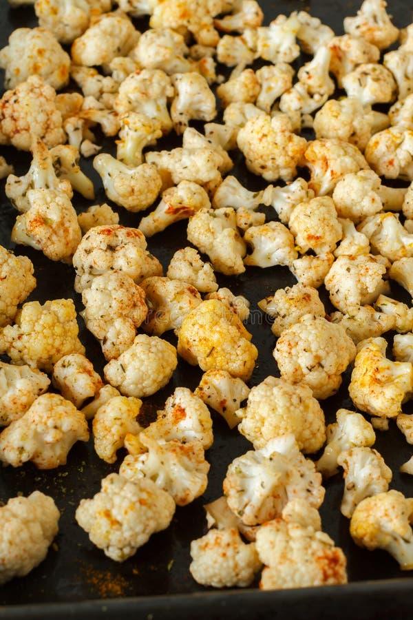 Cavolfiore arrostito sano su un vassoio del forno immagine stock