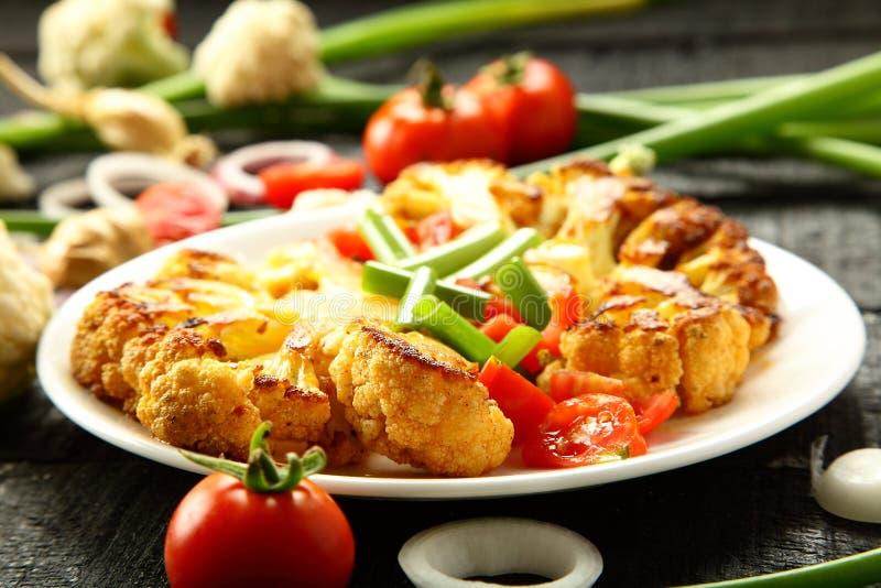 Cavolfiore arrostito saporito casalingo, piatto vegetariano fotografie stock