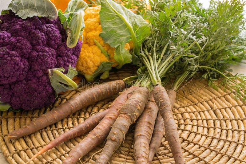Cavolfiore e carote freschi dell'azienda agricola fotografia stock