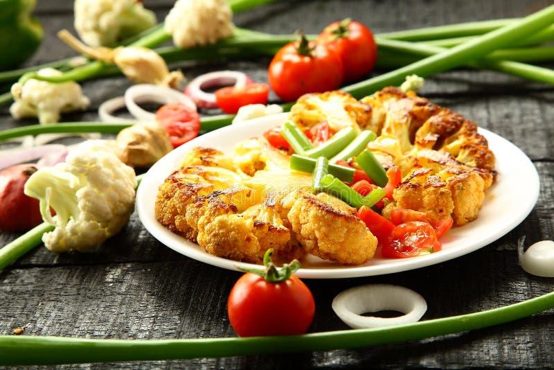 Cavolfiore sano dell'alimento del vegano, piatto vegetariano fotografie stock libere da diritti