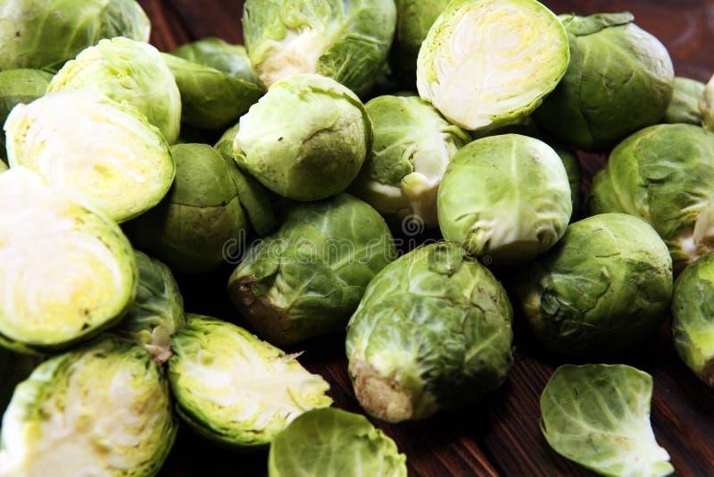 Cavolini di Bruxelles organici Dieta equilibrata antiossidante che mangia con i cavoletti di Bruxelles immagini stock libere da diritti
