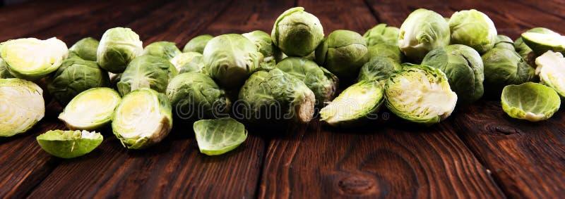 Cavolini di Bruxelles organici Dieta equilibrata antiossidante che mangia con i cavoletti di Bruxelles fotografie stock libere da diritti