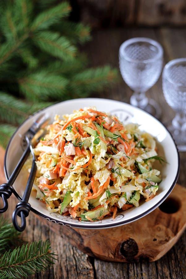 Cavolo di Pechino, cetriolo, carota ed insalata affumicata del petto di pollo con il condimento del yogurt immagini stock