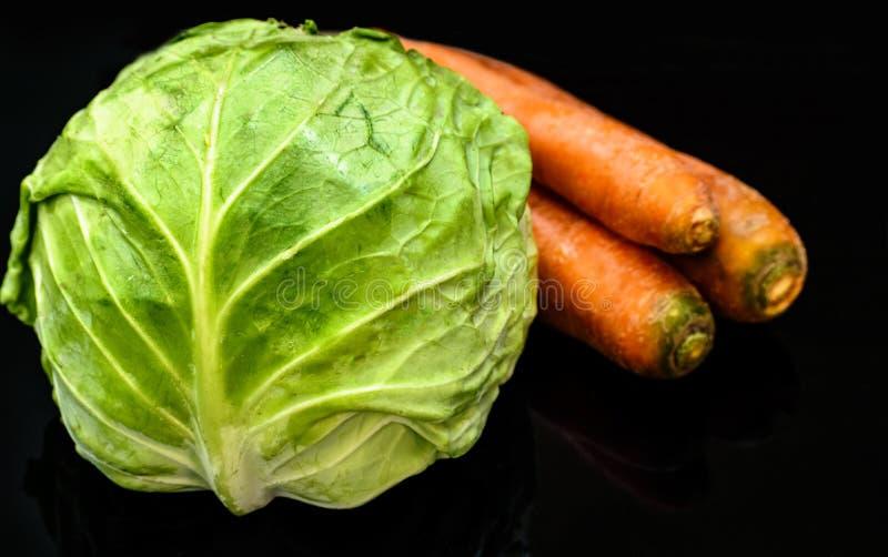 Cavolo e tre ortaggi freschi delle carote sani immagini stock libere da diritti