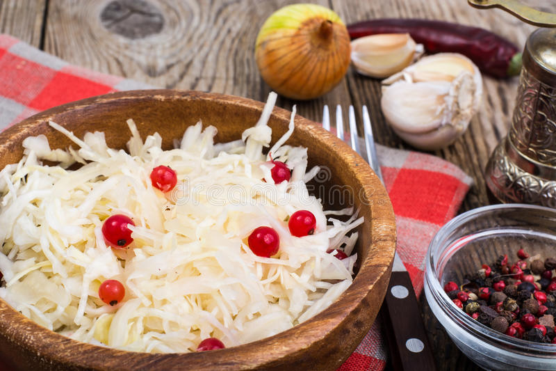 Cavolo salato sul piatto sui precedenti della tavola di legno fotografie stock