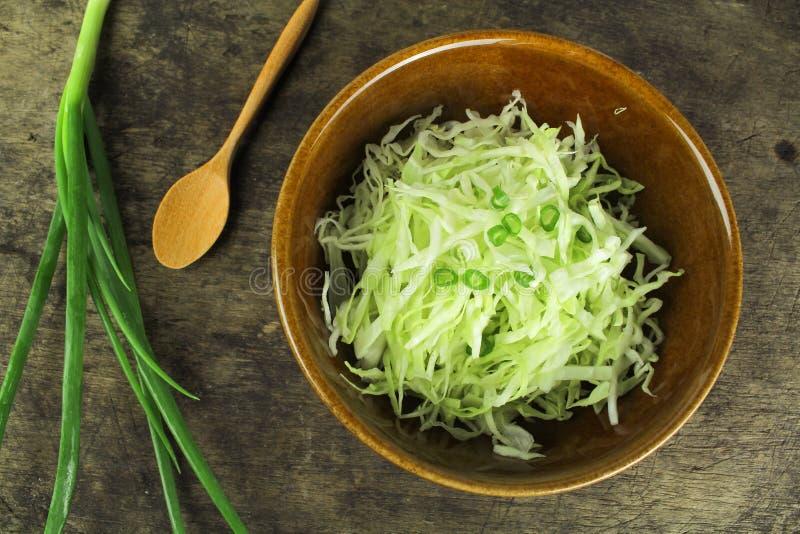 Cavolo verde fresco del taglio ed affettato fotografia stock libera da diritti