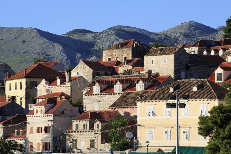 Cavtat-Häuser mit Bergen stockfotos