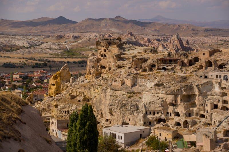 Cavusin村庄,卡帕多细亚,土耳其:风景、Cavusin堡垒的顶视图和教会Vaftizci亚赫亚,圣约翰浸礼会教友 库存图片