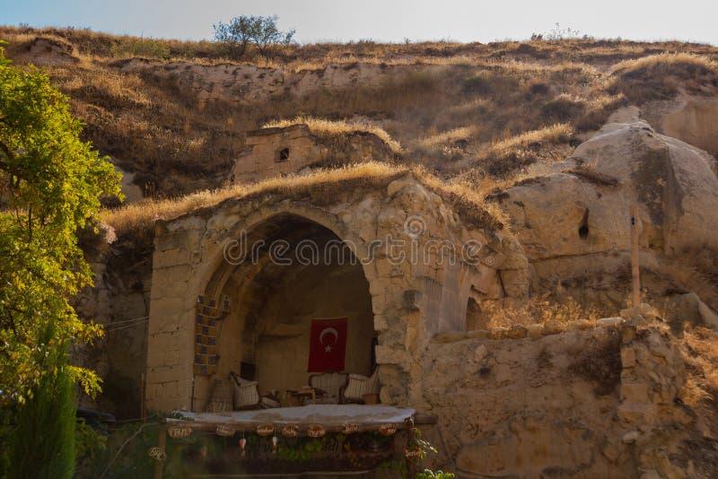 CAVUSIN, ΤΟΥΡΚΙΑ: Άποψη των παραδοσιακών τουρκικών σπιτιών στους βράχους στο χωριό Cavusin κοντά σε Goreme σε Cappadocia στοκ εικόνα με δικαίωμα ελεύθερης χρήσης