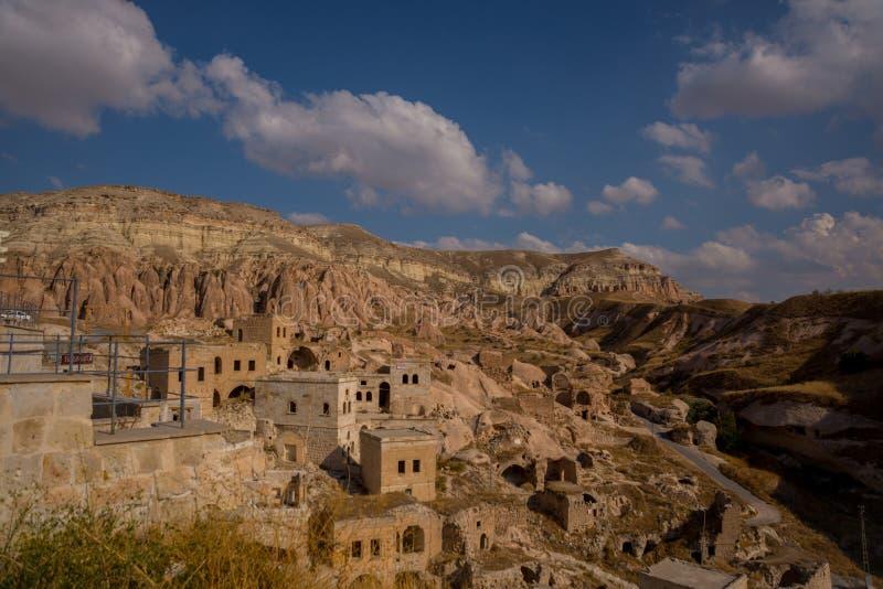 CAVUSIN, ΤΟΥΡΚΙΑ: Τοπ άποψη του φρουρίου και του χωριού Cavusin κοντά σε Goreme σε Cappadocia στοκ εικόνες με δικαίωμα ελεύθερης χρήσης