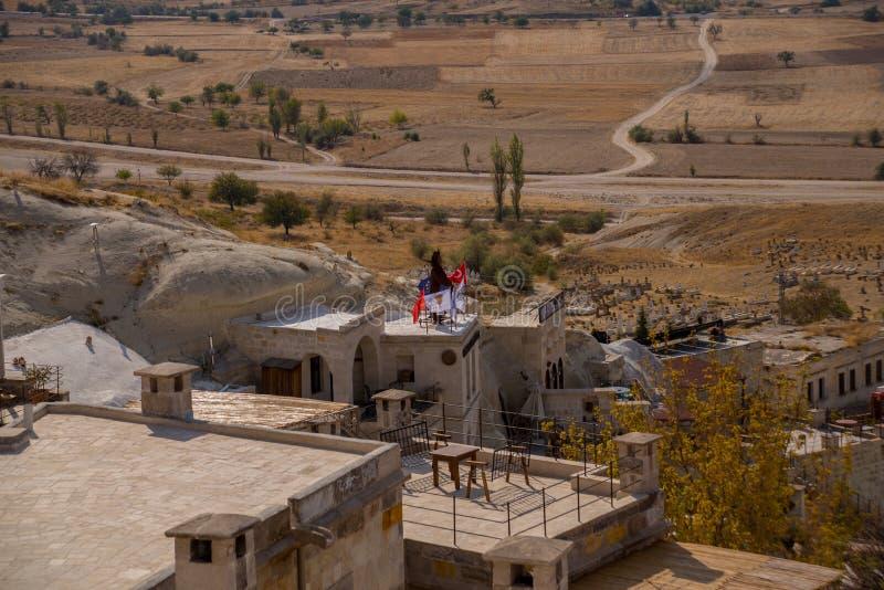 CAVUSIN, ΤΟΥΡΚΙΑ: Τοπ άποψη του χωριού με τα σπίτια στους βράχους Cavusin κοντά σε Goreme σε Cappadocia στοκ εικόνα