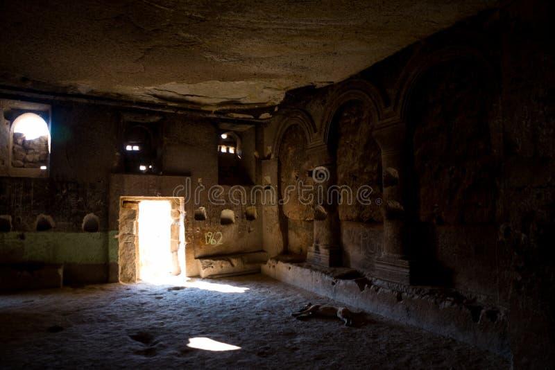 Cavusin by, Cappadocia, Turkiet: Inom av kyrkan av St John det baptistiskt, Cavusin fästning Inre av templet royaltyfria bilder