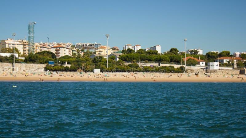 Caxias strand och by, Oeiras, Portugal arkivbild