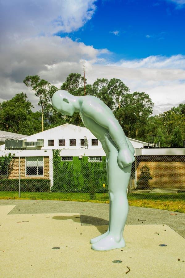 CAYAMBE, ЭКВАДОР - 5-ОЕ СЕНТЯБРЯ 2017: Линия памятник экватора, облицеванная статуя человека отметит пункт через который стоковые изображения rf