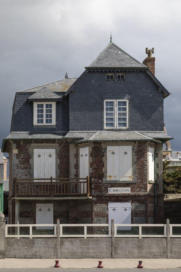 Cayeux-sur-MER, Frankrijk, 26 April 2017: typisch huis op de overzeese voorzijde royalty-vrije stock afbeeldingen
