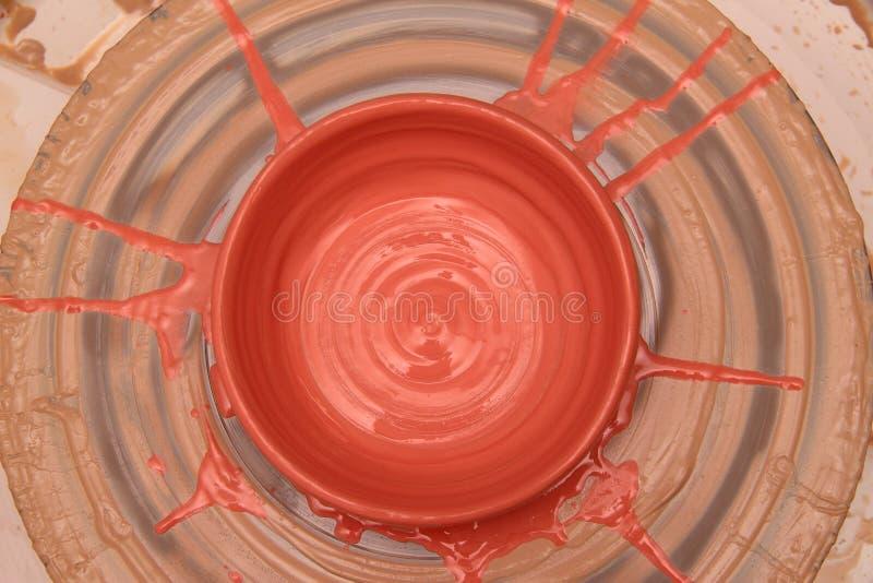 Caykruka som målas på ett keramikerhjul, modellera av krukahänder, hugga av händerna arkivfoto