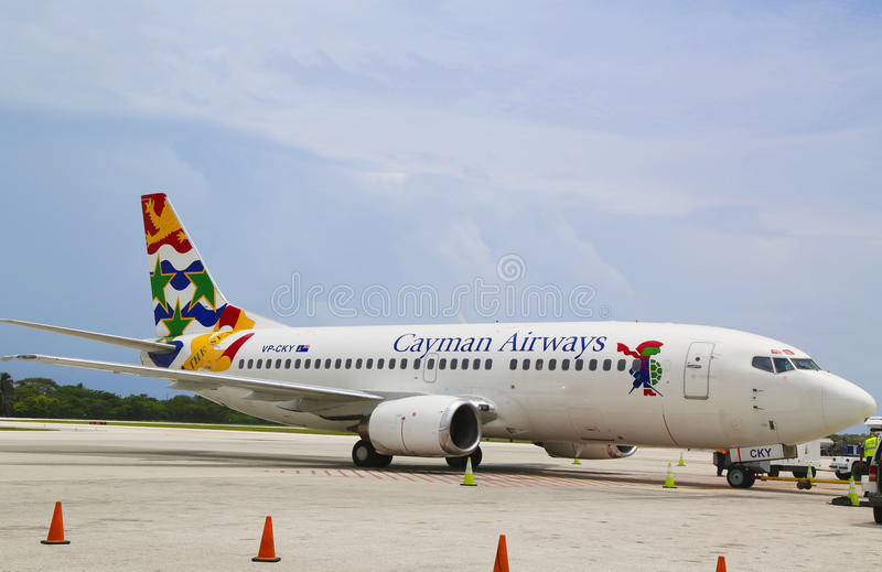 Cayman Airways Boeing 737 på Owen Roberts International Airport på den storslagna kajmannen royaltyfri fotografi