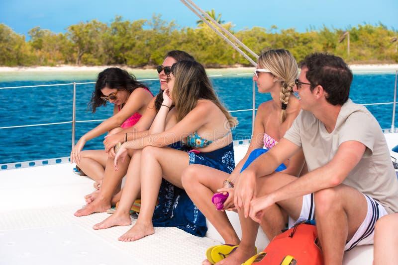 CAYO缓慢地,古巴- 2017年5月10日:游艇的五个游人 图库摄影