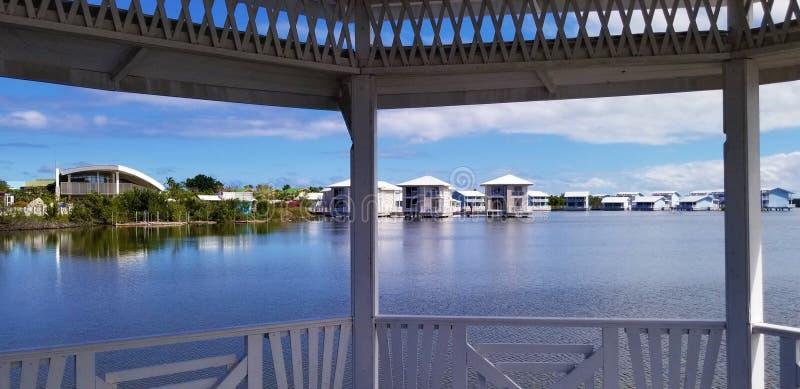 Cayo Coco, Cuba - elegante Melia-bungalowwen over de lagune royalty-vrije stock foto