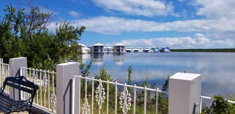 Cayo Coco, Cuba - elegante Melia-bungalowwen over de lagune royalty-vrije stock fotografie