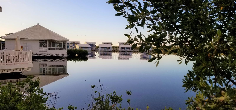Cayo Coco, Cuba - elegante Melia-bungalowwen over de lagune stock foto's