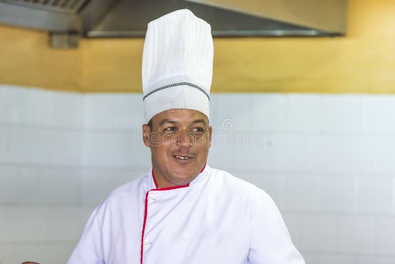 CAYO LARGO, CUBA - 10 MAI 2017 : Cuisinier cubain Copiez l'espace pour le texte images stock