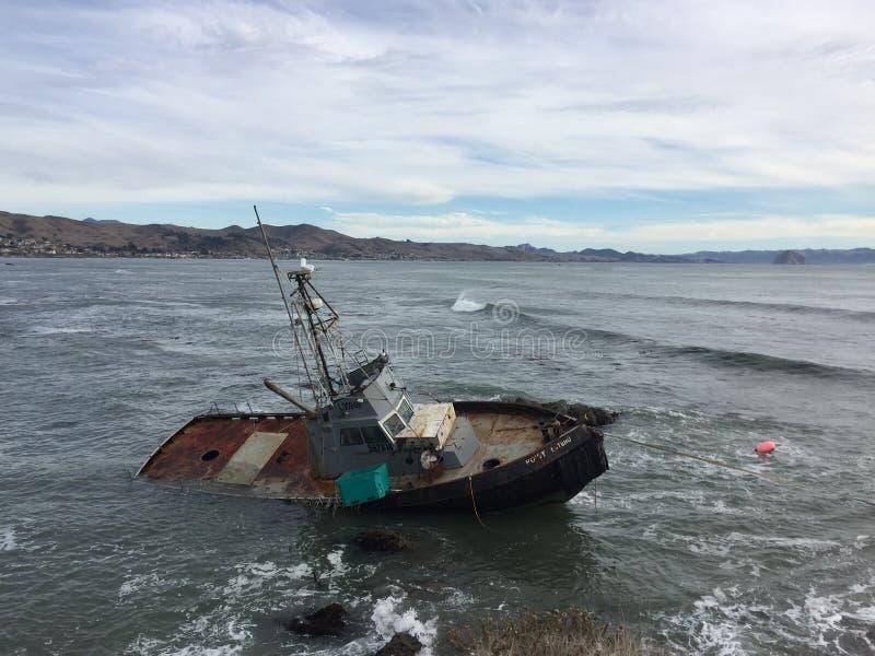 Cayucos Kalifornien skeppsbrott - skyttel för kommersiellt fiske arkivfoton