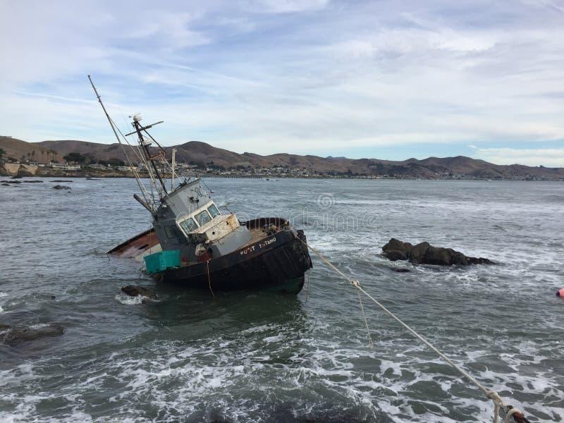 Cayucos Kalifornien skeppsbrott - skyttel för kommersiellt fiske arkivfoto