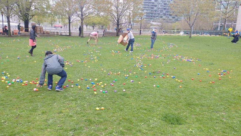 Caza del huevo de Pascua en parque de la ciudad de Long Island imagen de archivo libre de regalías