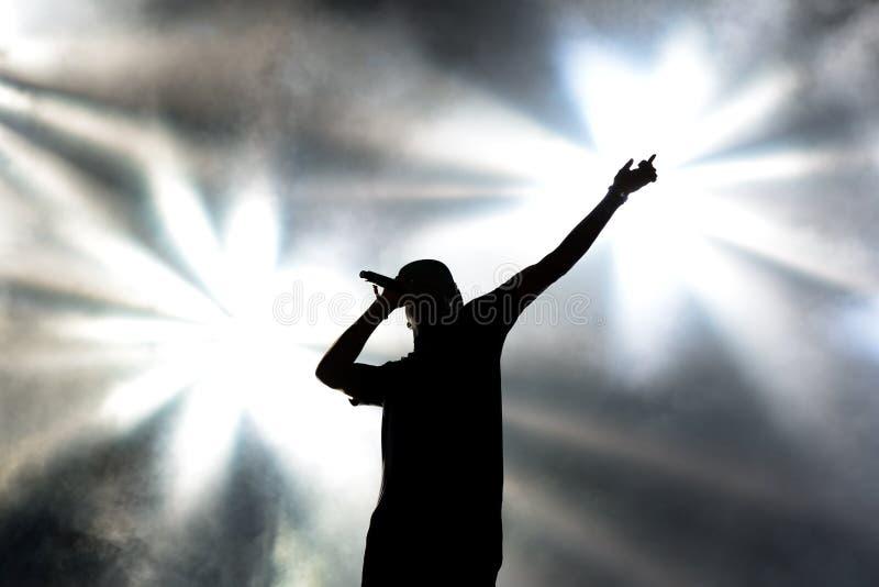 Caza y situación (electrónicas y banda del música rap) en concierto foto de archivo