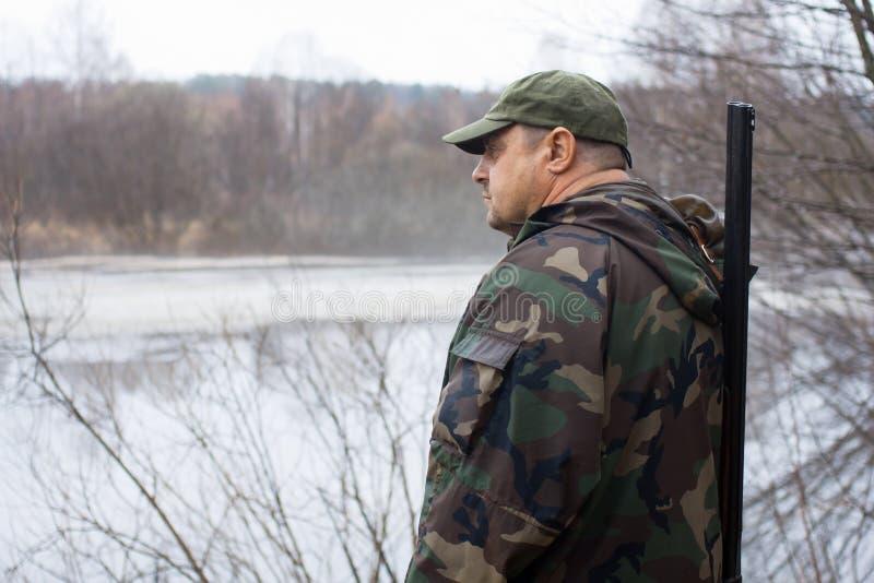 Cazador cerca del lago imagen de archivo libre de regalías