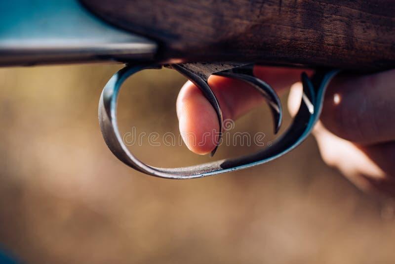 Cazador con el arma de la escopeta en caza Cazador furtivo con el rifle que mancha algunos ciervos Tiró del disparador de la esco imagenes de archivo
