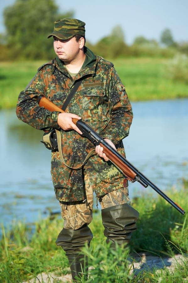 Cazador con el arma del rifle foto de archivo