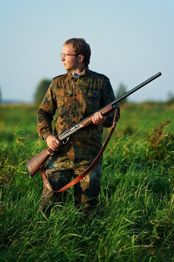 Cazador con el arma del rifle fotografía de archivo libre de regalías