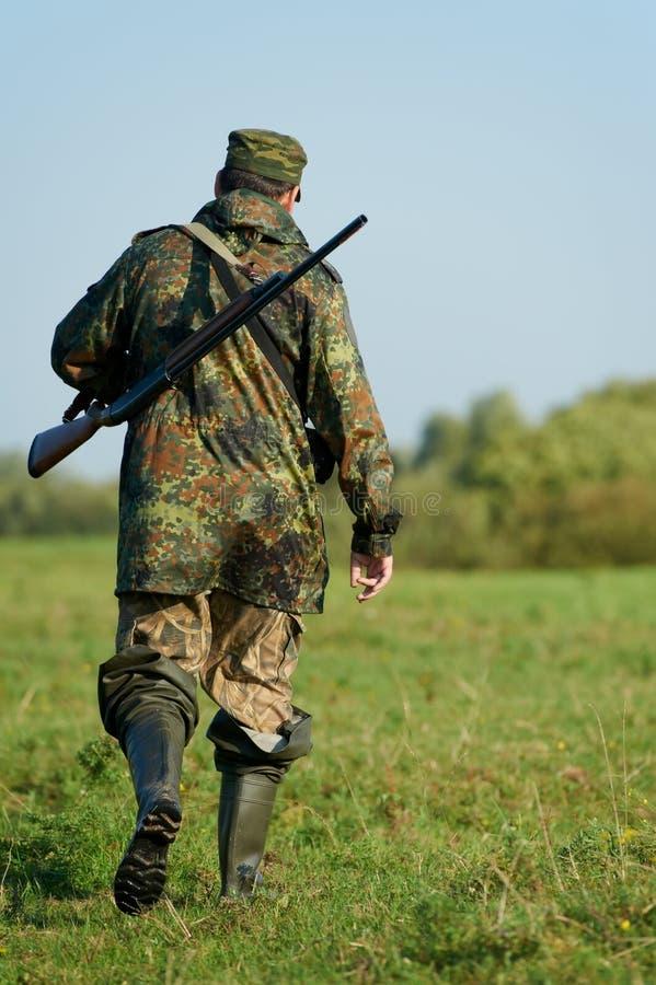 Cazador con el arma del rifle fotos de archivo