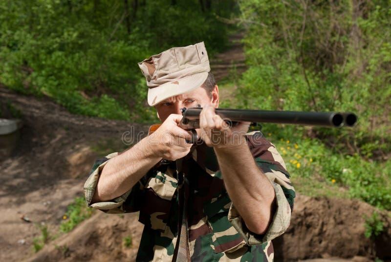 Cazador con el arma a disposición imagen de archivo libre de regalías