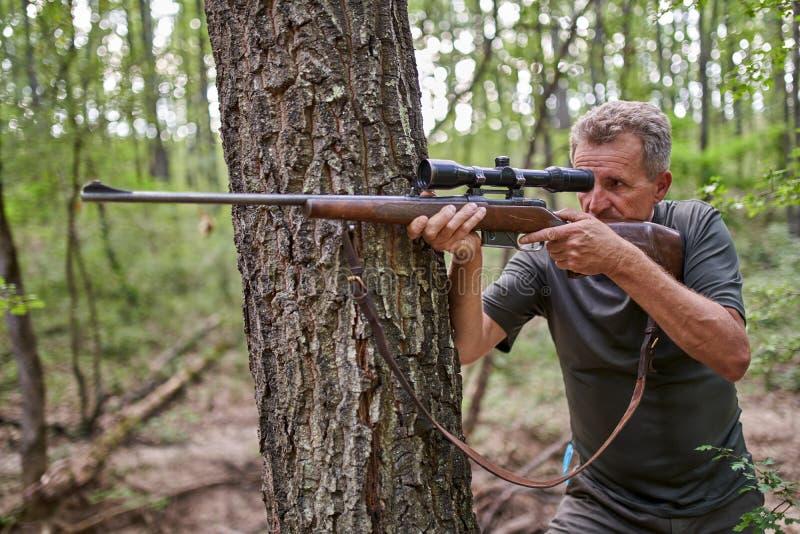 Cazador con el rifle imagenes de archivo