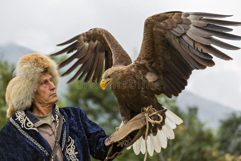 Cazador del águila del Kazakh cerca de Almaty, Kazajistán imagenes de archivo