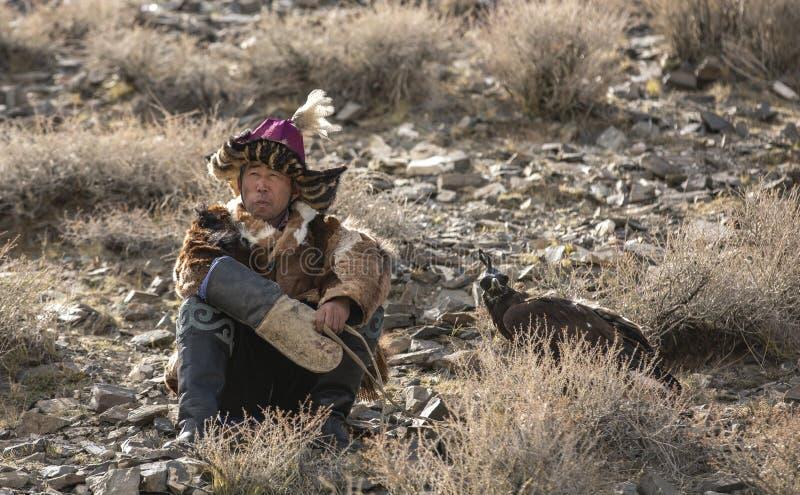 Cazador del águila del Kazakh que descansa con su pájaro foto de archivo