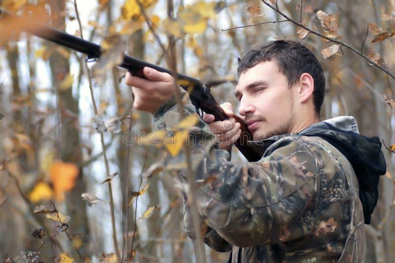 Cazador del hombre al aire libre en la caza del otoño imagen de archivo libre de regalías