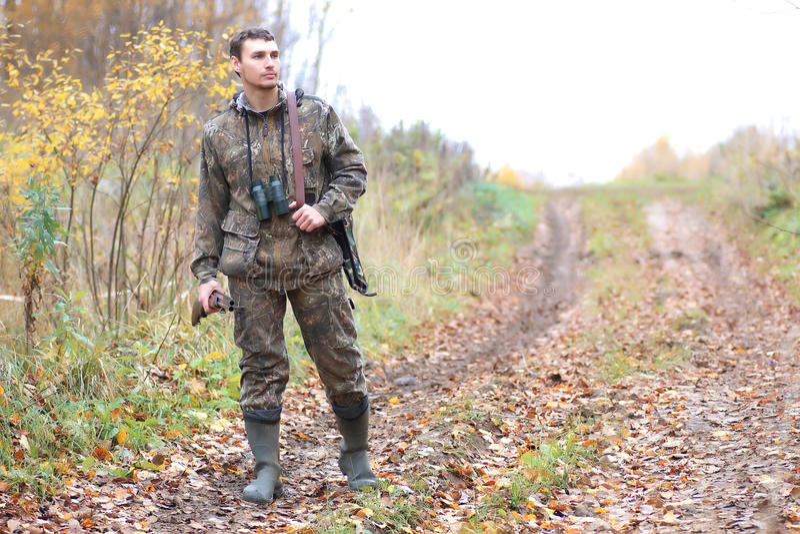 Cazador del hombre al aire libre en la caza del otoño fotografía de archivo