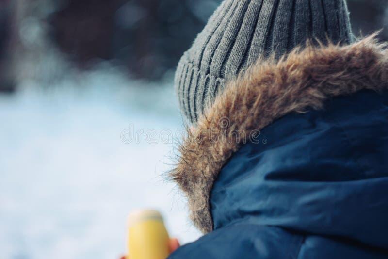 Cazador del silvicultor del viajero del hombre en el bosque del invierno que se sienta en árbol caido imágenes de archivo libres de regalías