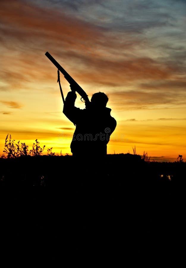 Cazador en puesta del sol fotos de archivo