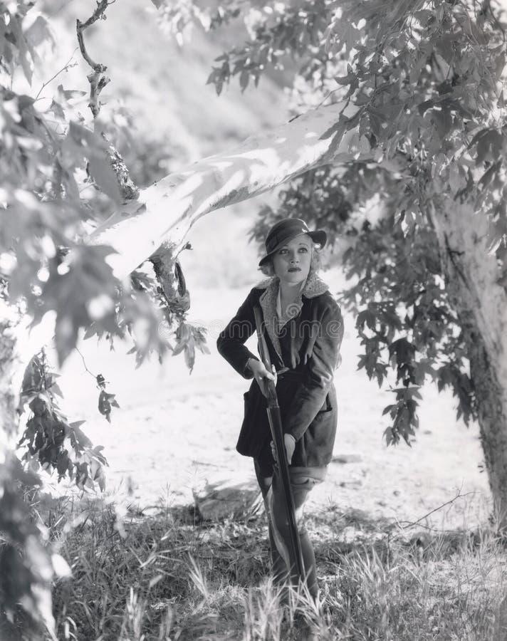 Cazador femenino en el vagabundeo imagen de archivo libre de regalías