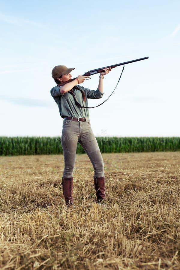 Cazador femenino que apunta con su arma fotos de archivo libres de regalías