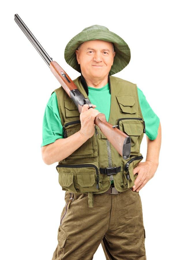 Cazador masculino que sostiene un rifle fotos de archivo