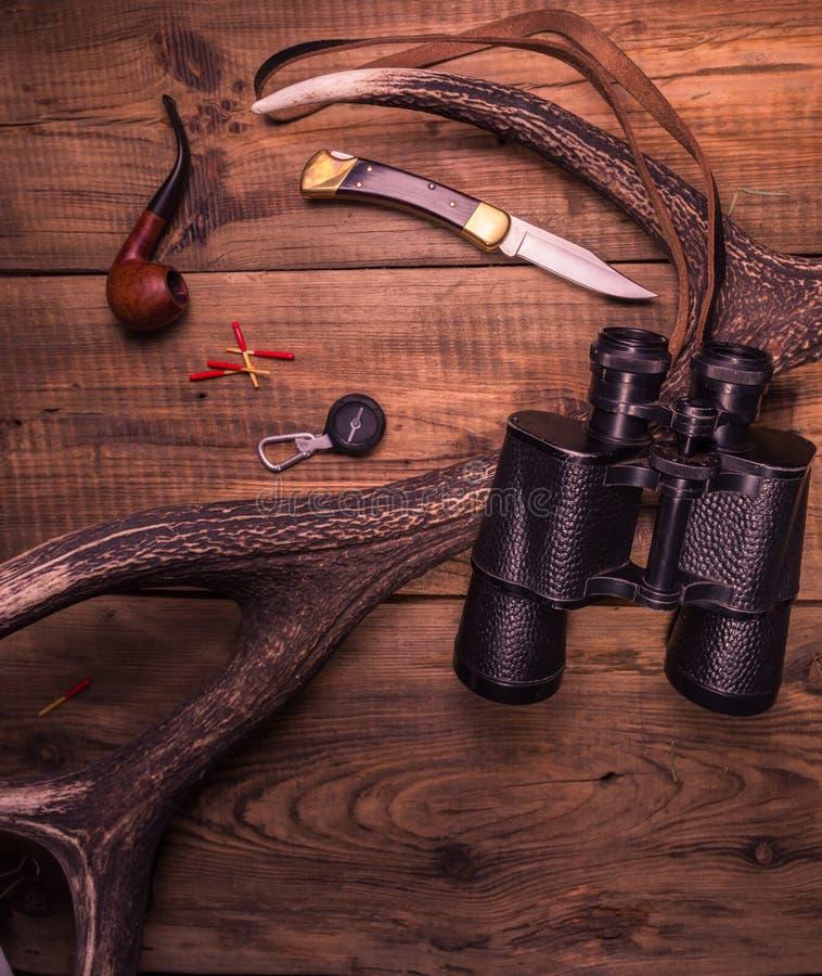 Cazador necesario de las cosas Cuchillo del equipo del perseguidor y cazador de los prismáticos fotos de archivo libres de regalías