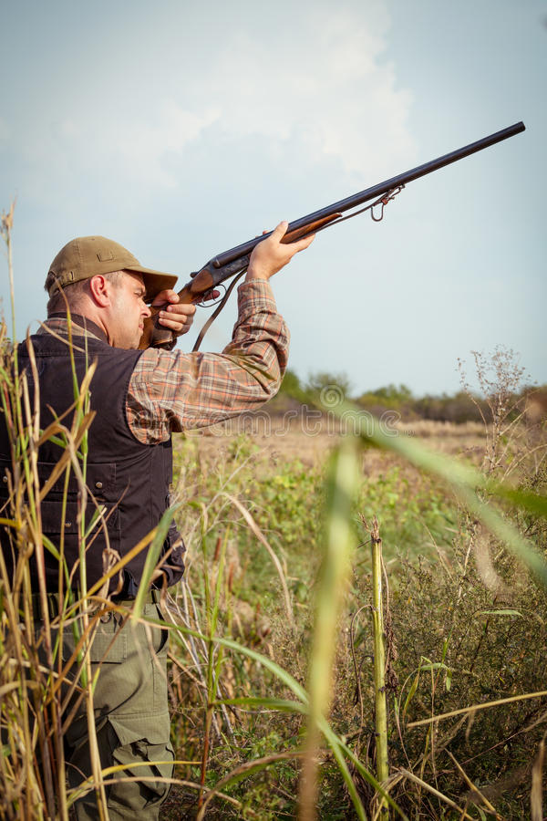 Cazador que apunta la caza durante la estación de caza fotos de archivo