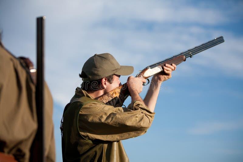 Cazador que apunta la caza durante un partido de la caza fotografía de archivo libre de regalías